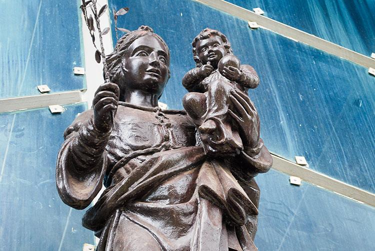 La statue de la Vierge de l'église Maria no te hau de Papeete, Tahiti.