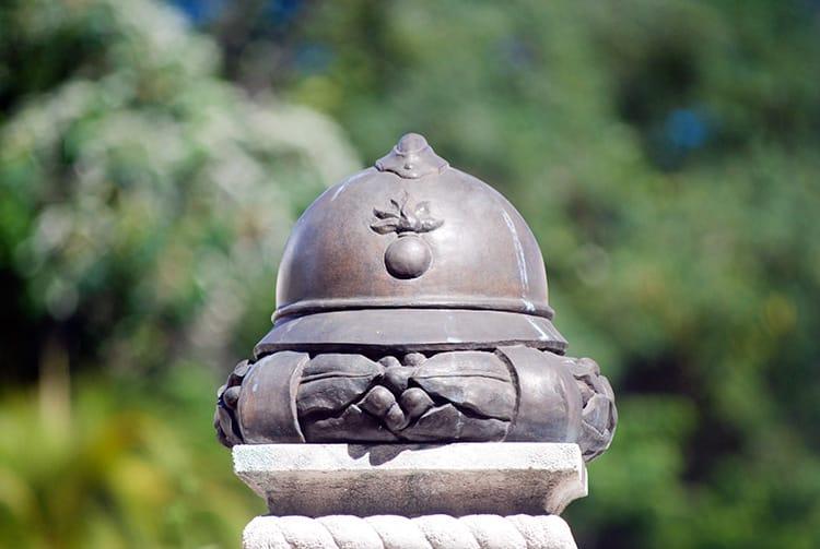 Casque sur le monument aux morts pour la France de Papeete. © Tahiti Heritage