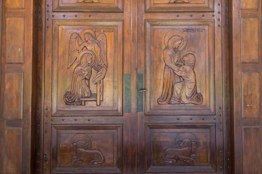 Porte de l'église Notre-Dame de la Paix de Tautira