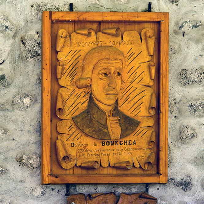 Tableau en bois représentant Domingo de Boenechea sous le porche de l'église de Tautira