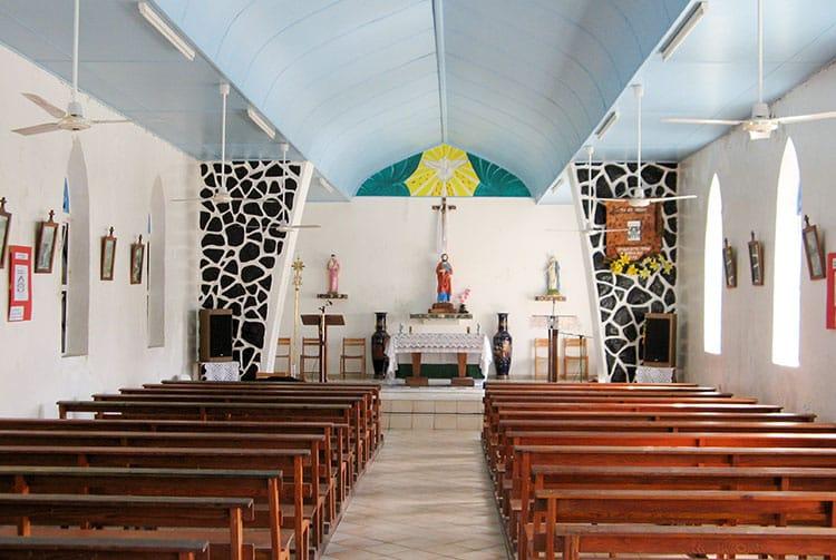 Intérieur de l'église Saint-Pierre de Hao. © Tahiti Heritage