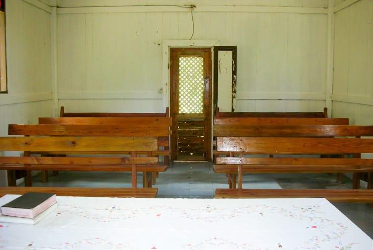 Intérieur du temple de Puama, à Hiva Oa