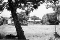 Le terrain de foot et la tour du roi en 1965, Rikitea, Mangareva