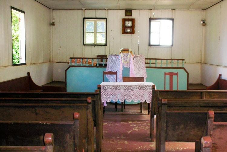 Intérieur du temple protestant de Vaitahu, île de Tahuata. Photo Anastas