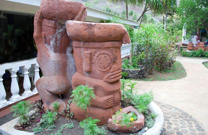 Tiki des porteurs d'eau, mairie de Vaipaee, Ua Huka