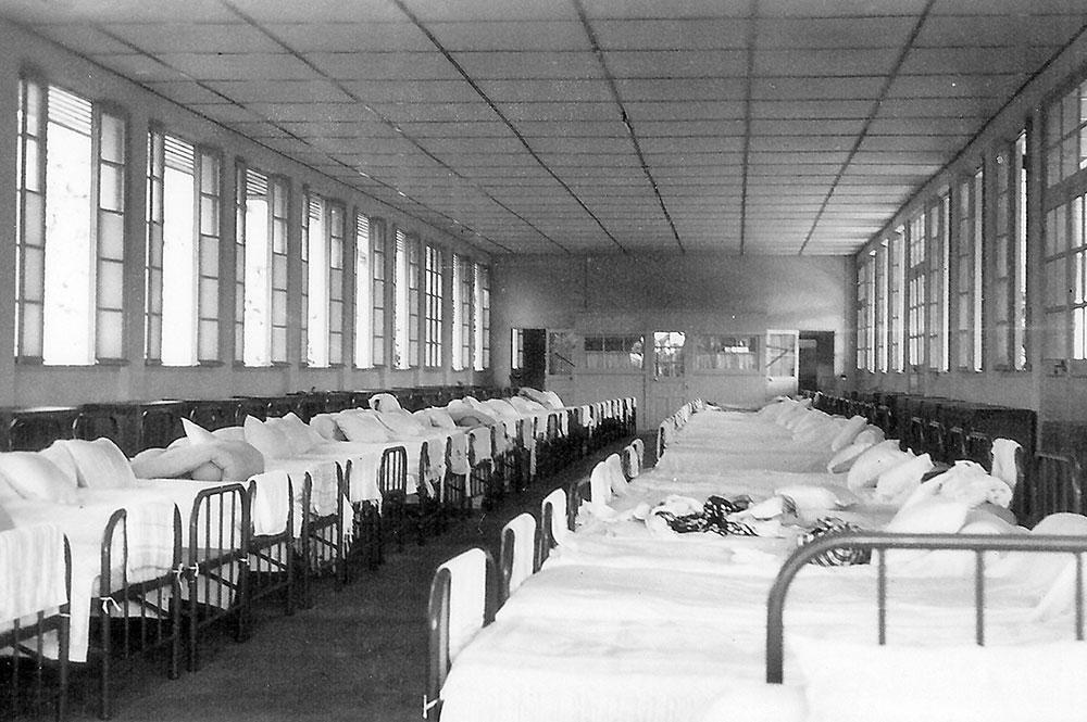 Dortoir du Lycée Gauguin de Papeete en 1951