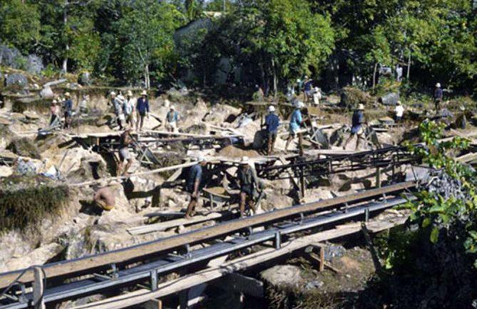 Les ouvriers de Makatea en 1965. Photo Taote Charles