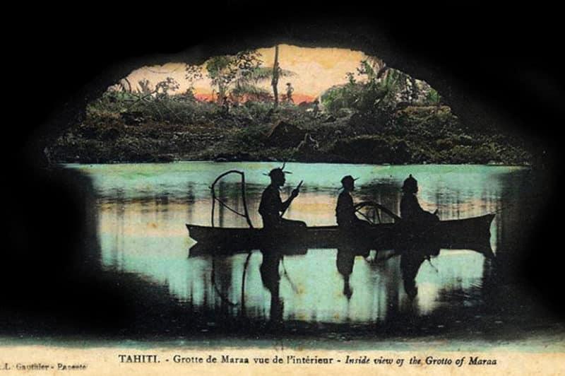 En barque dans la gotte de Maraa, à Paea, Tahiti. Carte colorée Lucien Gauthier