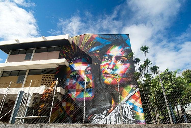 Street-art, portraits colorés de tahitiennes par Kobra, Collège La Mennais à Papeete.