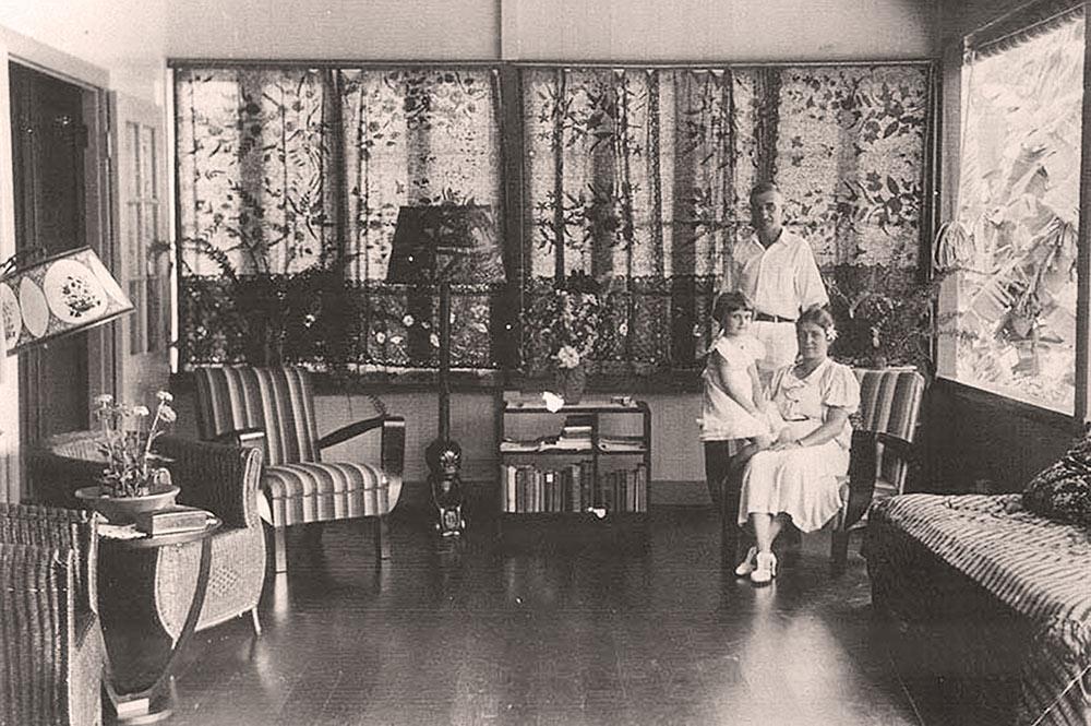 James Normann Hall et sa famille dans sa maison d'Arue