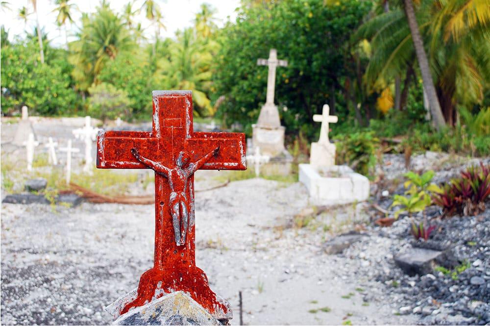 Croix rouillée du cimetière de Omoho, à Takume