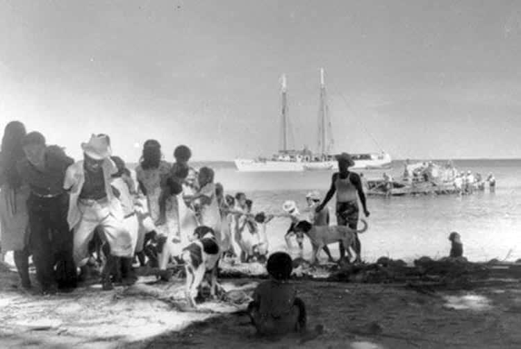 Habitants de Raroia tirant le Kon Tiki sur le récif