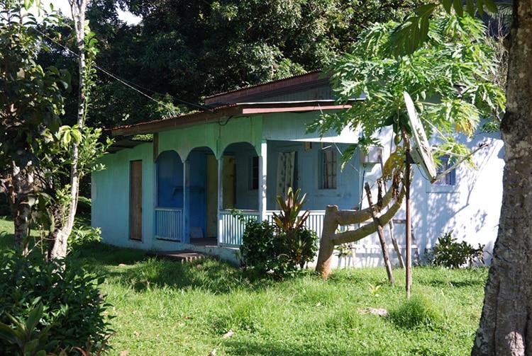 Maison bleue de Hanaiapa, Hiva Oa. Photo Denisepierre