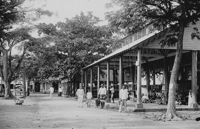 La place du marché de Papeete en 1897. Photo Henri Lemasson
