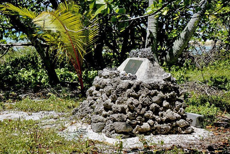 Mémorial du Kon Tiki sur le motu de l'atoll de Raroia