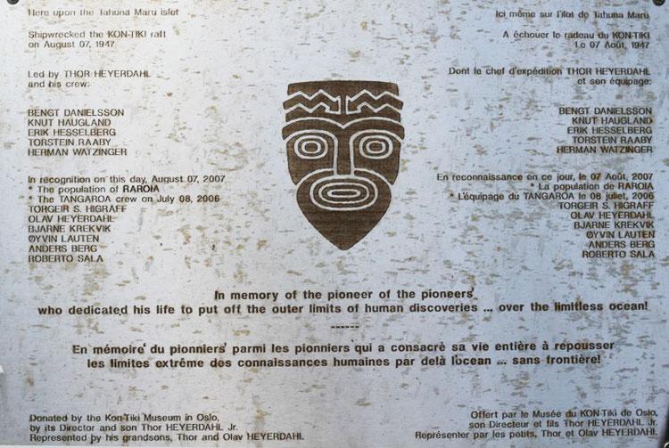 Plaque du Mémorial du Kon Tiki sur le motu de l'atoll de Raroia