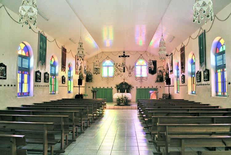 Intérieur de l'église de Tatakoto, Tuamotu