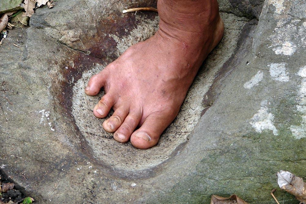 Pierre pour le tatouage des pieds à Haurii - Tubuai © Tahiti Heritage