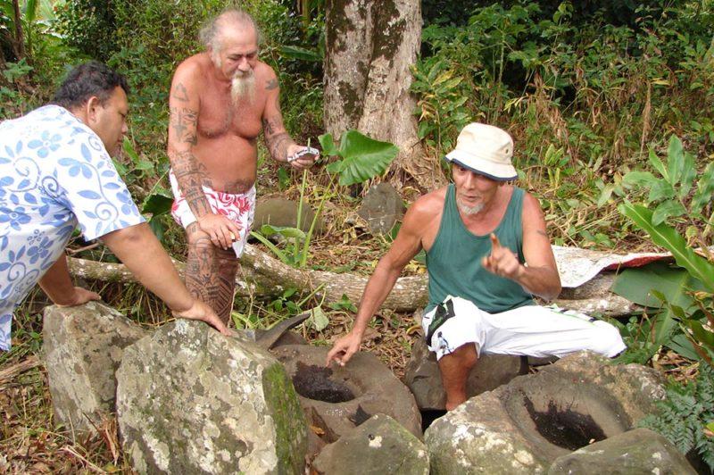 Atelier de préparation de l'encre de tatouage de Haurii - Tubuai. Raymond Graffe au centre et Tainoa Hauata à droite