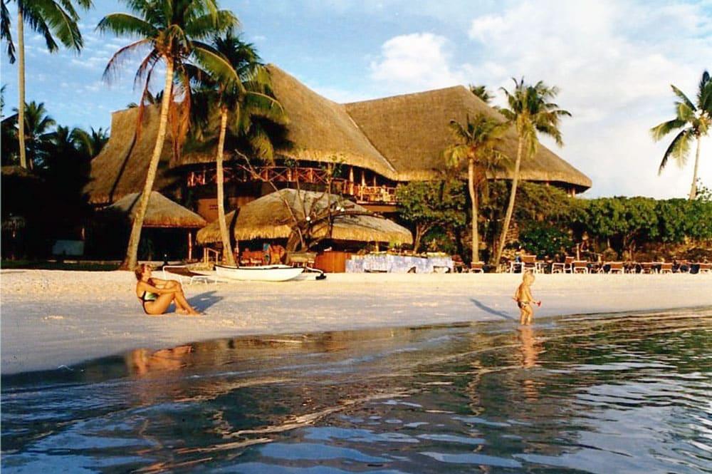 La plage et l'Hotel Bora Bora de Bora Bora en 1989