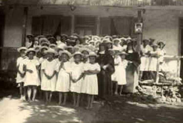 Elèves de l'Ecoles des soeurs d'Atuona, Hiva Oa en 1947