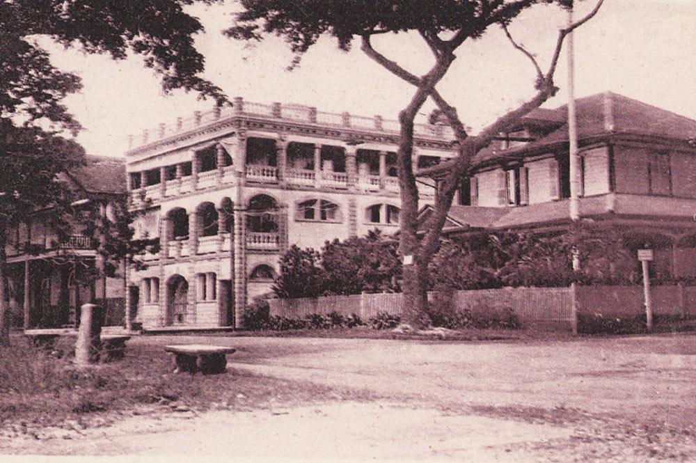 L'Hôtel Stuart et à droite le consulat américain à Papeete.