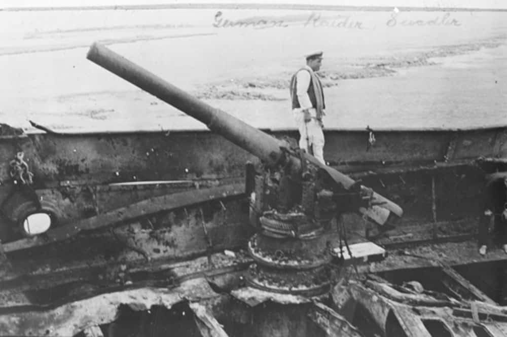 Marin et canon sur l'épave du Seeadler à Mopelia en 1917