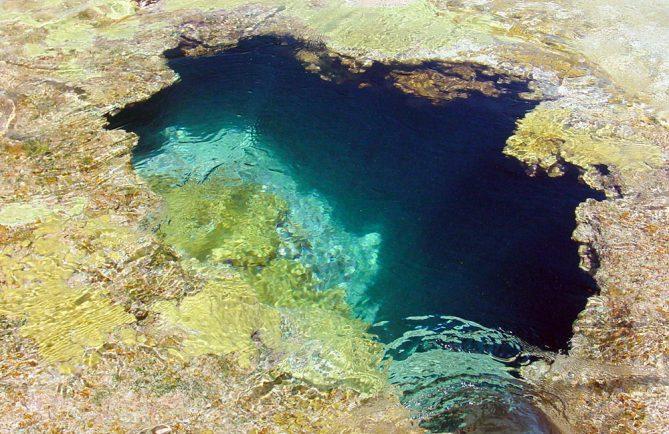 Trou bleu, Koko, ou Blue hole, de l'atoll de Faaite au tuamotu. © Tahiti Heritage / Olivier Babin