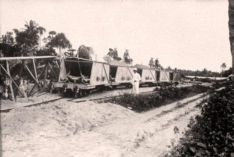 Wagonnets chargés de phosphate en 1926. Makatea