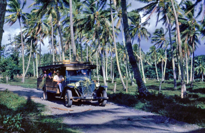 Tour de Tahiti en truck, 1953. Photo Jones Alan Churchill