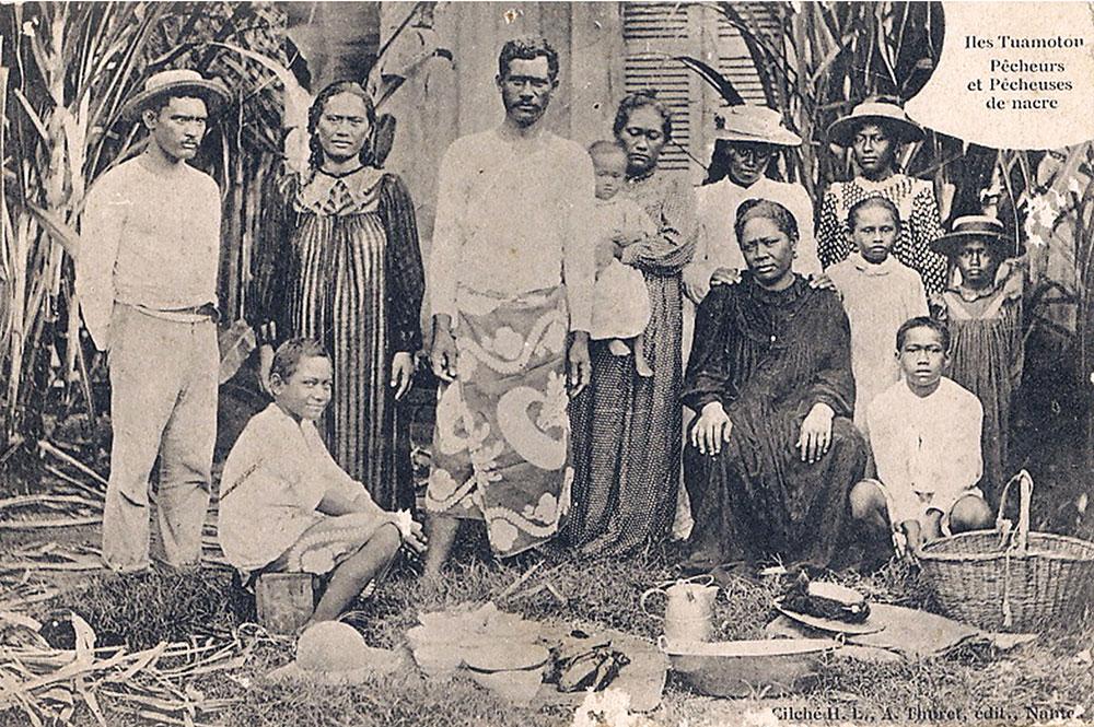 Pêcheurs et pêcheuses de nacres à Hikueru. 1912. Photo Lucien Gauthier