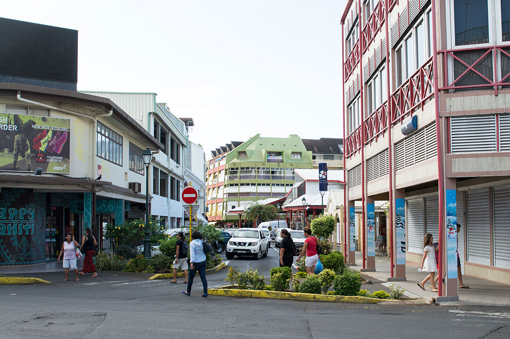 La rue du 22 septembre (ex Beaux Arts) en 2015 vue du carrefour avec la rue de du Maréchal Foch, à Papeete
