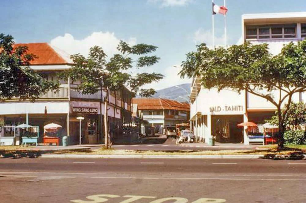 La rue du 22 septembre 1944 (ex Beaux Arts) en 1974 au carrefour coté mer, à Papeete