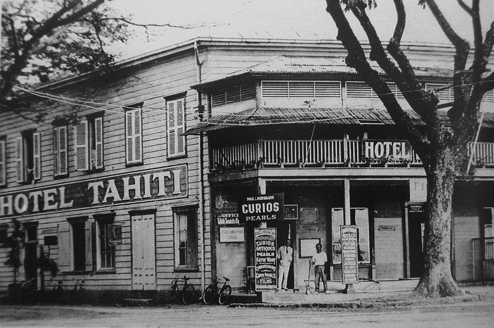 Hôtel Tahiti au coin de la rue Jeanne d'Arc et du front de mer de Papeete. vers 1935
