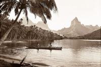 Pirogue et mont Moua roa à Moorea