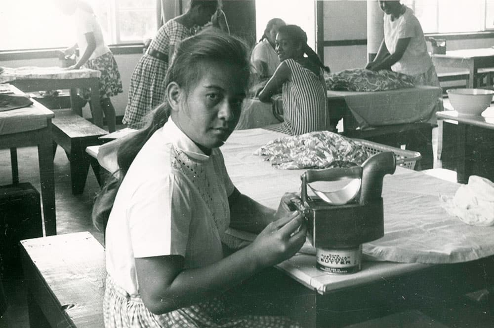 Cours de repassage à l'école ménagère de Papeete en 1963