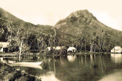 Le village d'Uturoa et le mont Tapioi vers 1930