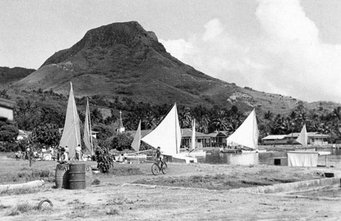 Les pirogues à voiles de Tahaa venant à Uturoa, les jours de marché, vers 1960.
