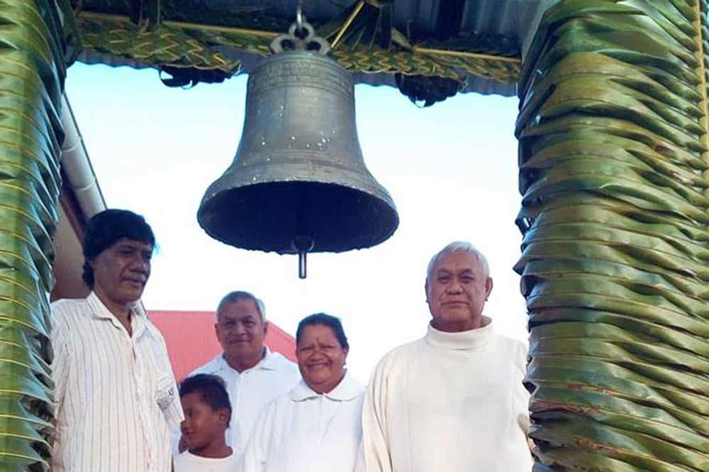 La bénédiction de la cloche de l'église de Tureia
