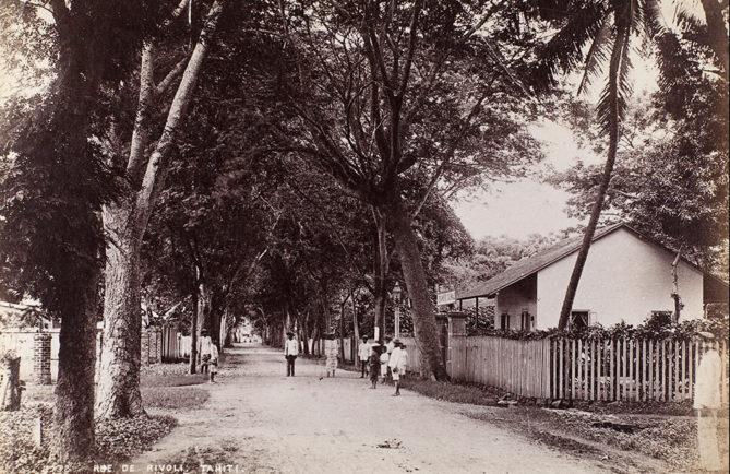 Tout le charme de la rue de Rivoli à Papeete en 1900. NZ Museum