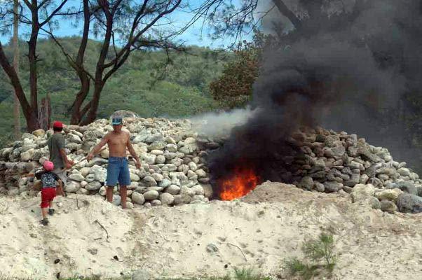 La mise à feu du four à chaux. Photo Yves gentilhomme