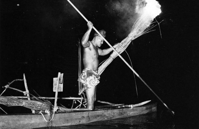 Pêche au harpon à la lueur d'un flambeau