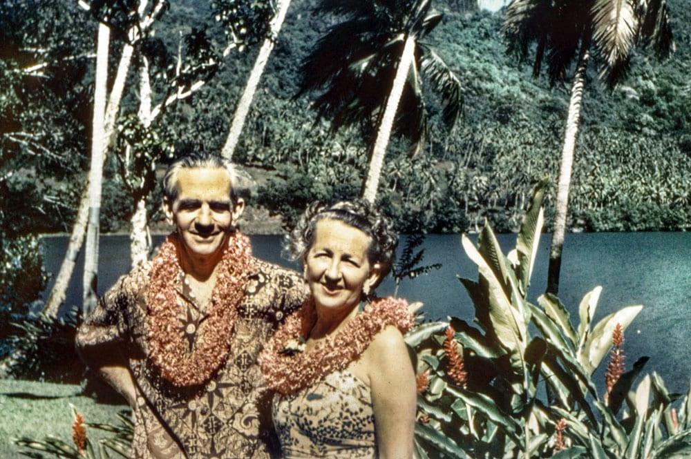 Medford et Gladys Kellum dans leur jardin à Opunohu en octobre 1958