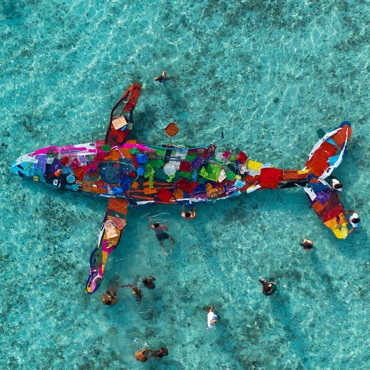 Sculpture éphémère de baleine réalisée par Bordalo II à Bora Bora 2019