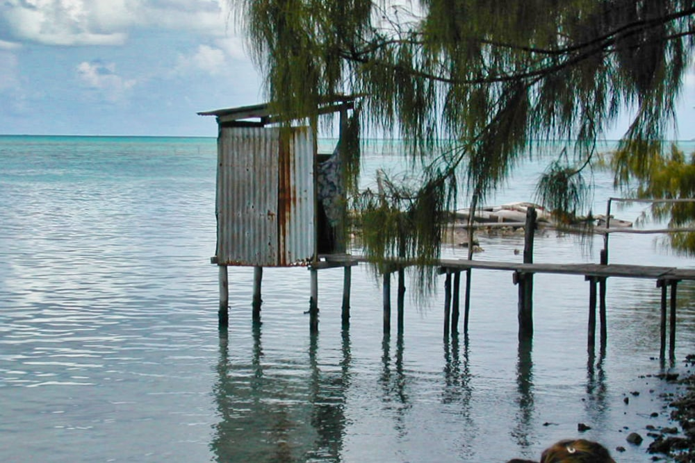 WC suspendu sur le lagon de l'atoll de Toau (Tuamotu) 2004 @Tahiti Heritage